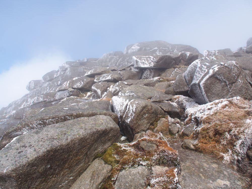 graniet met ijsbloemen bij de top