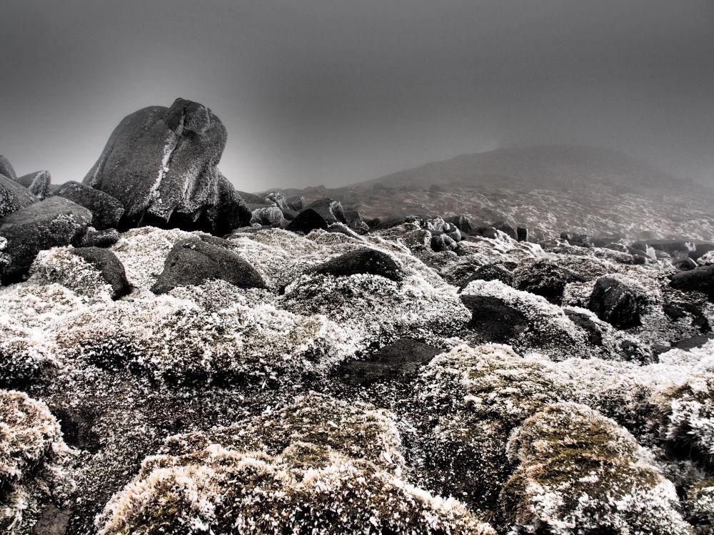 Duisterheid en ijs op de top van Goatfell