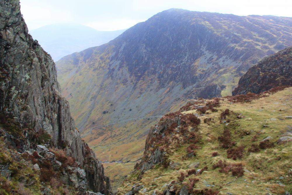 Afdaling Haystacks;  achterin het beeld Fleetwith Pike